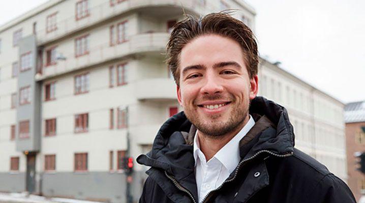 Kristoffer Skappel forteller at Vaktmester Andersen har vært en initiativrik og grundig samarbeidspartner.