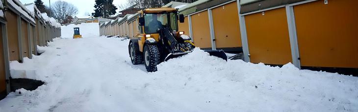 Vaktmester Andersen er alltid klare til å måke snø, strø, salte og fjerne farlige istapper.
