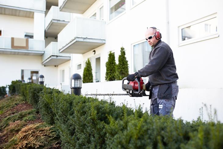 Vaktmester Andersen har gartnertjenester