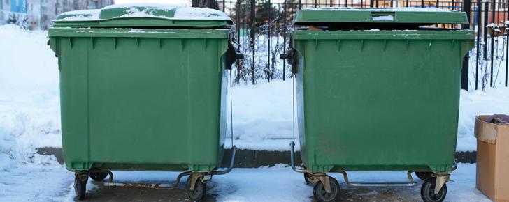 Vaktmester Andersen, rengjøring av avfallsbeholderne.